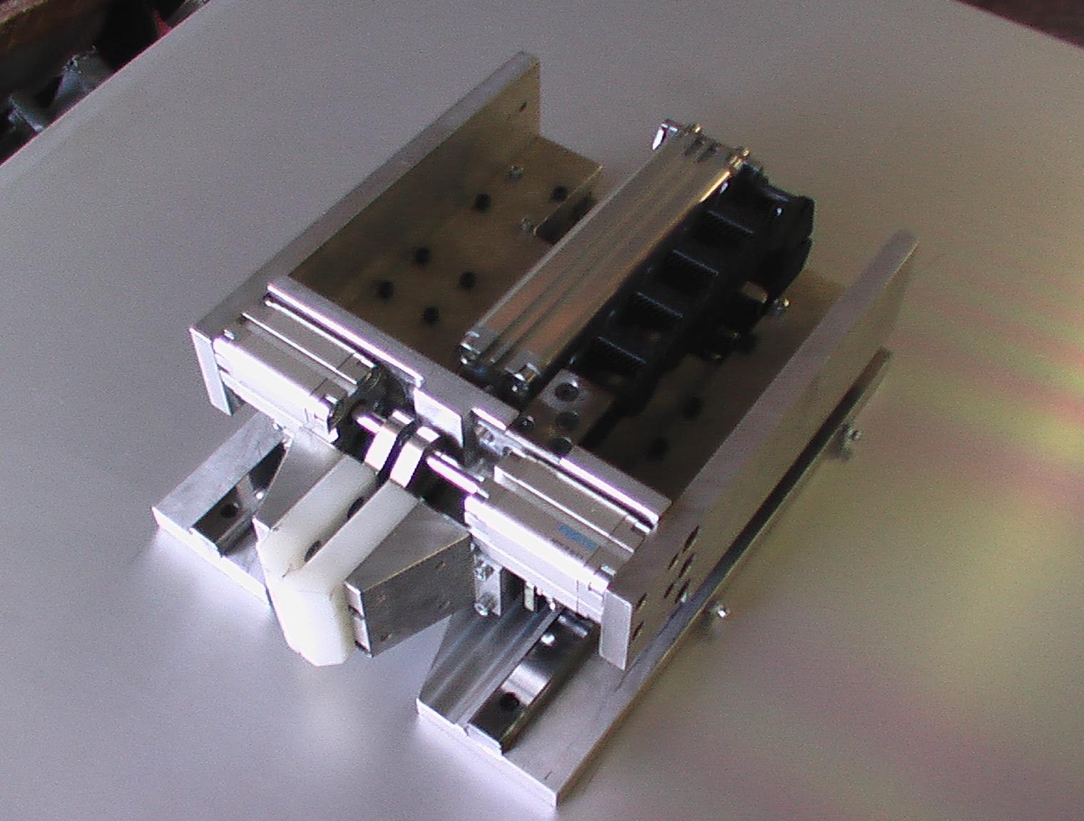 piccolo robot per pulizia bocchettone iniezione giostra desma